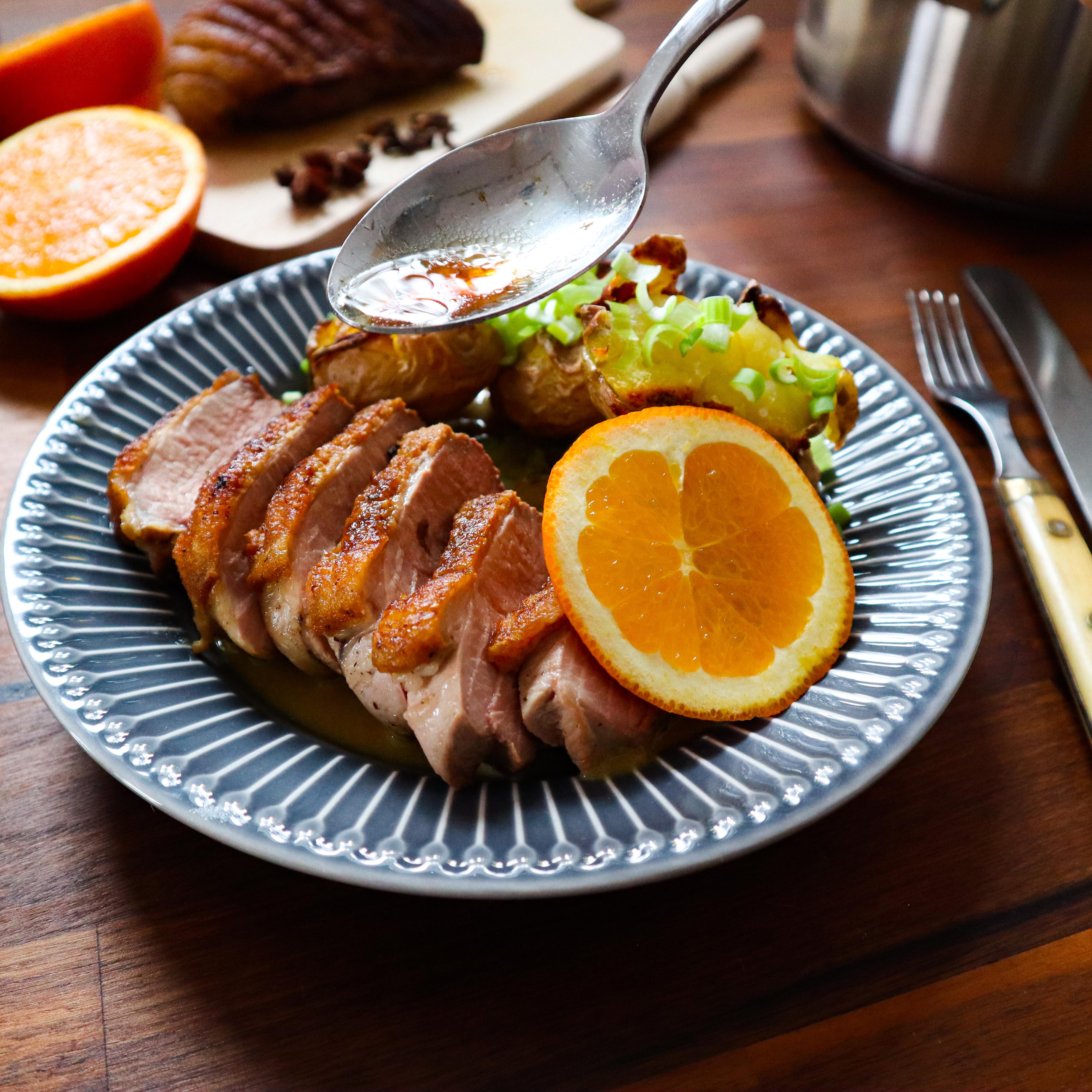 Kachní prsa na pomerančích s pečenými bramborami