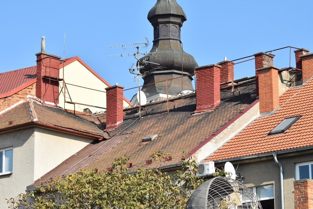 Kontrola a nutné opravy střech na jaře přinesou klid na další zimu