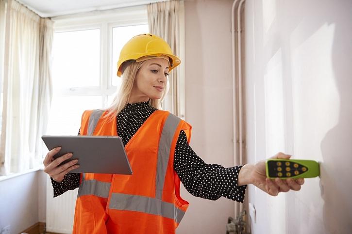 Během kontroly dochází i k zaměřování místností a jednotlivých povrchů. Inspektor používá v různých částech nemovitosti různé nástroje
