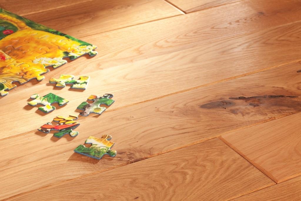 Dokonalá dubová rustikální podlaha i do moderního interiéru