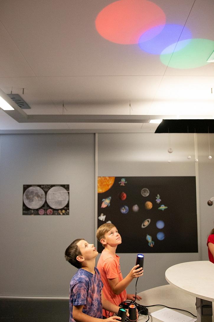 Děti na Laborkách pro veřejnost v iQLANDII