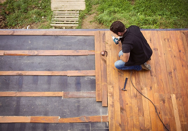 Pokládka dřevěné podlahy se provádí na rošty, s mezerami mezi prkny, aby případná voda z povrchu odtekla a dřevo mohlo vyschnout