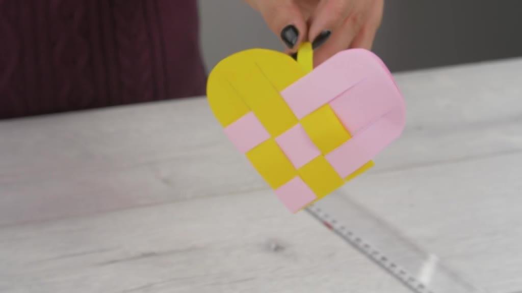 Výroba propleteného papírového srdce