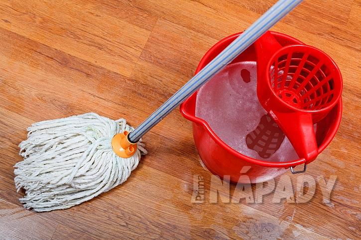 Čištění plovoucí podlahy mopem