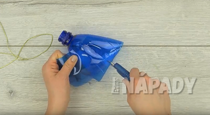 Vyřízněte kus plastu z láhve