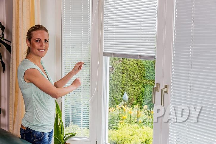 Zastínění oken pomocí žaluzií je jednou z  možností, jak si doma udělat útulnou pohodu (Zdroj: depositphotos.com)