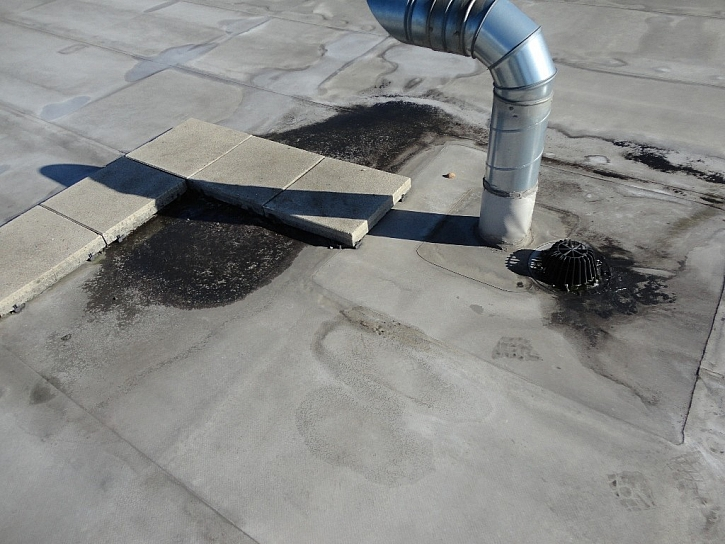 Nerovnosti v ploše střechy (tvoří se kaluže)
