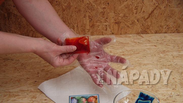 Mramorovavé kraslice: nakapejte pár kapek barvy na dlaň