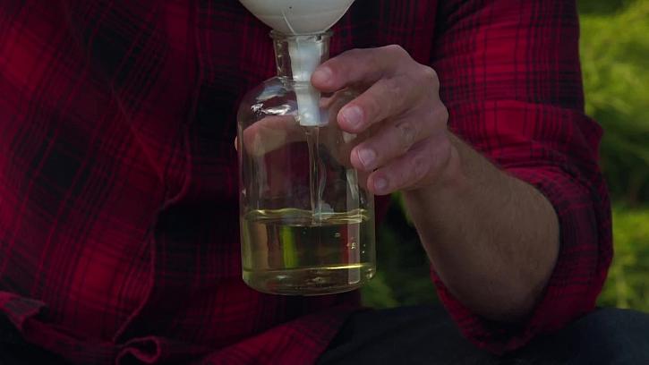 Lití oleje do lahve