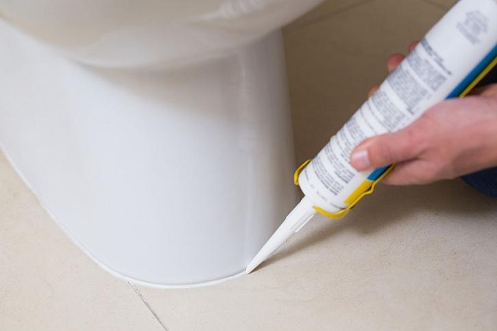 Po usazení a upevnění nové záchodové mísy je možné silikonem vyplnit spáru mezi mísou a podlahou