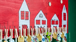 Malovaný adventní kalendář zpřebytečného prkénka: Nestárnoucí vánoční dekorace
