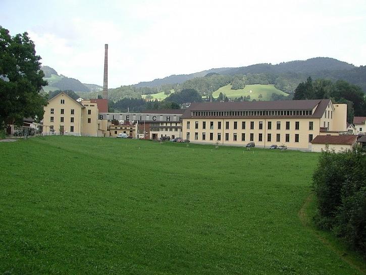 Restaurace, byt i hřiště z bývalé továrny