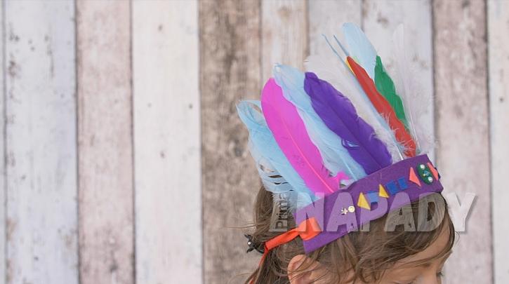 Indiánská čelenka z plsti a barevného peří