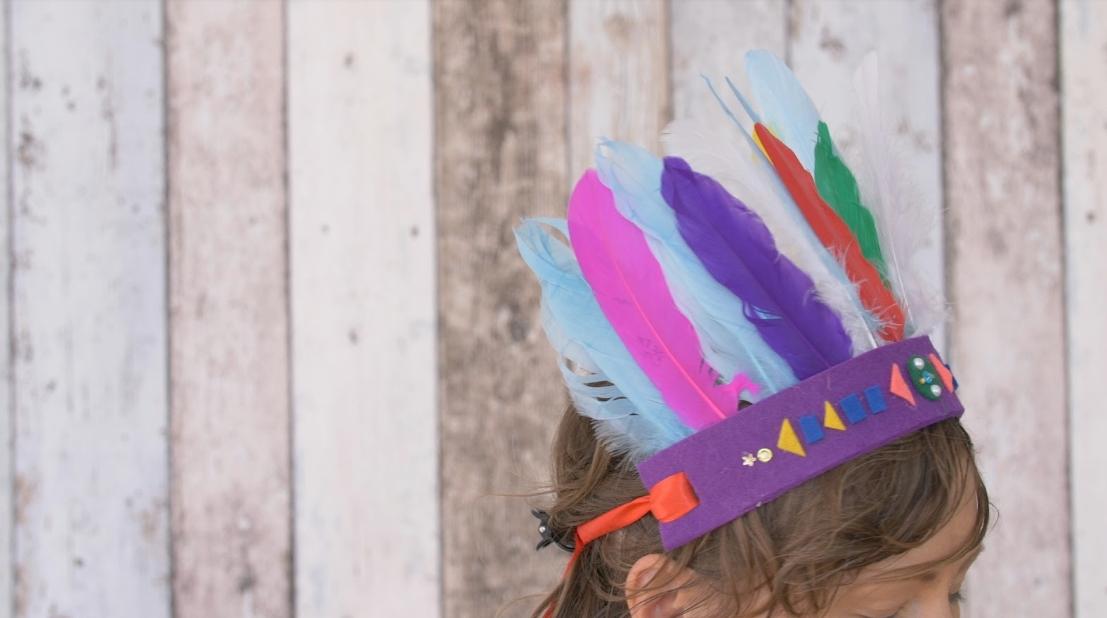 Indiánská čelenka zplsti abarevného peří