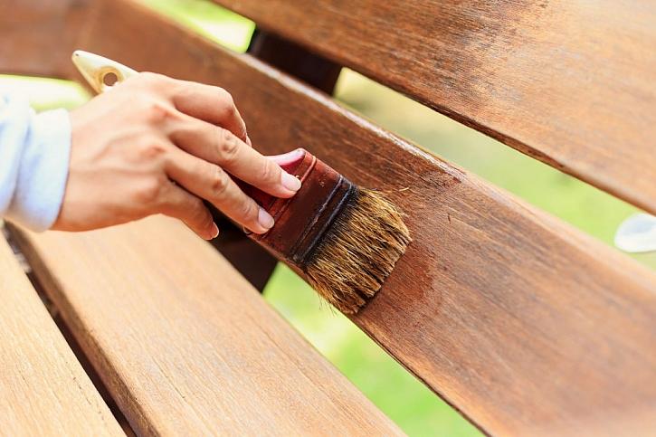 Nátěr lazurou je základním typem ochrany dřeva