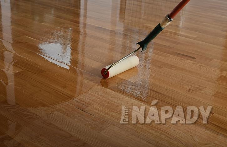 Lakování masivní dřevěné podlahy