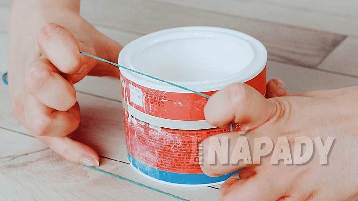 Gumičky při malování: gumičku natáhněte přes plechovku