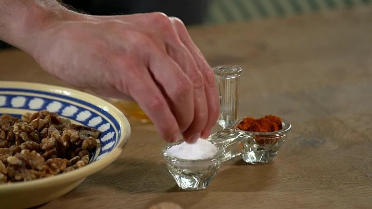 Přidání soli a chilli