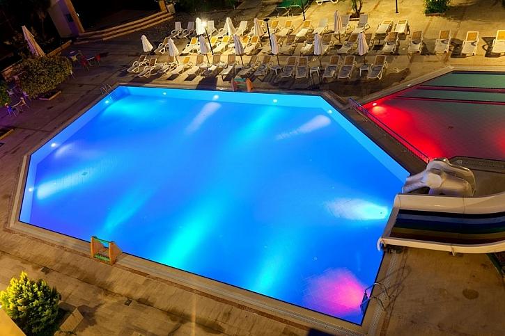 Bazénové osvětlení udělá z obyčejného bazénu luxusní kousek a zpříjemní jeho používání večer a v noci
