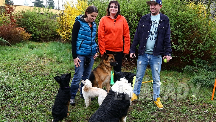 Odbornice na výcvik psů Lucie Kroppová a Miloslava Beranová s Láďou Hruškou