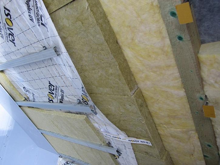 Jak izolovat střechu? Zateplením mezi a pod krokvemi!