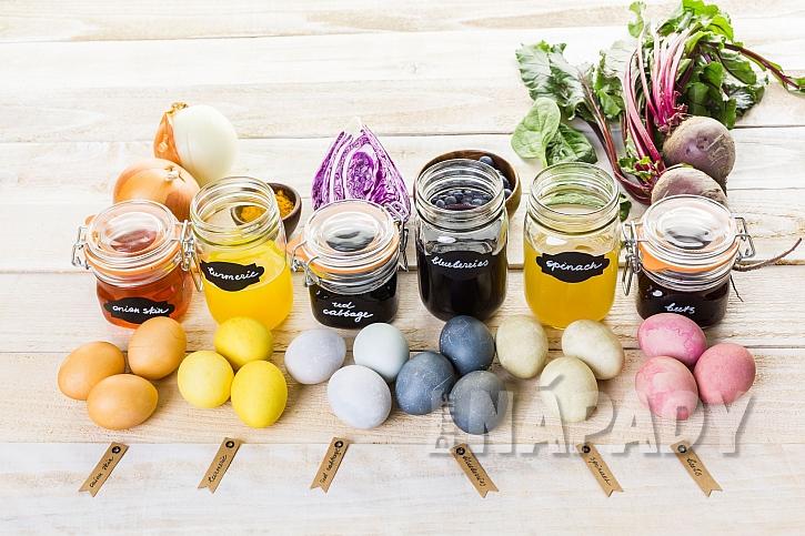 Přírodní barvení vajíček (Zdroj: Depositphotos.com)