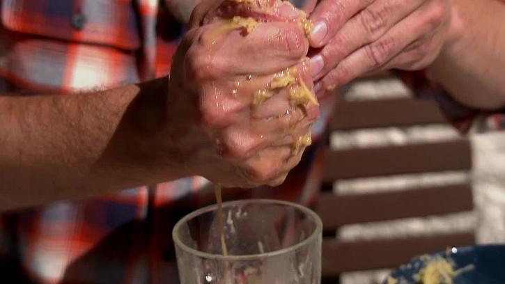 Ždímání vody z brambory