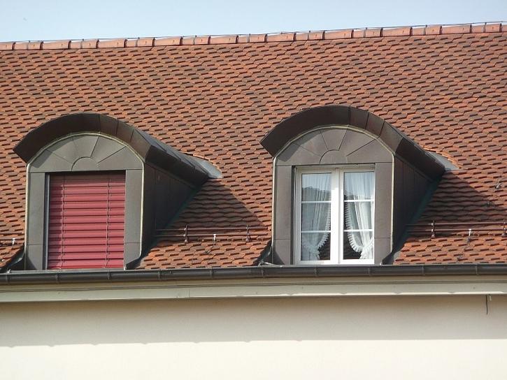 Rovné okno zastíníte snadněji.