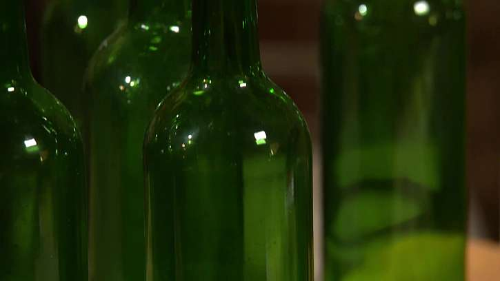 Prázdné láhve od vína.