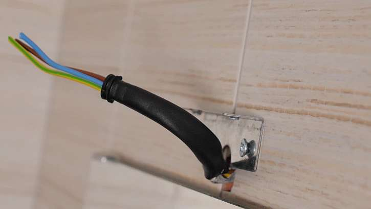 Vodiče v kabelu potáhněte ochrannou bužírkou