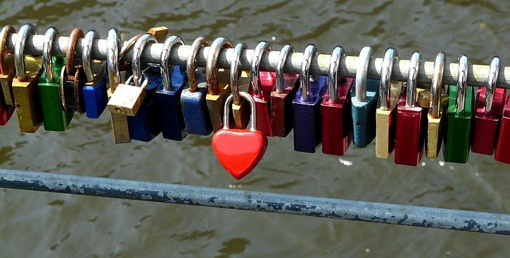 V poslední době je velmi oblíbené na Valentýna připevňovat na veřejná místa se zvláštním kouzlem visací zámky, jako příslib nerozlučné lásky