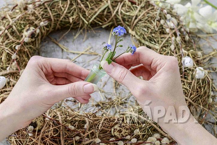 Velikonoční věnec z přírodnin s živými květy (Zdroj: Depositphotos.com)