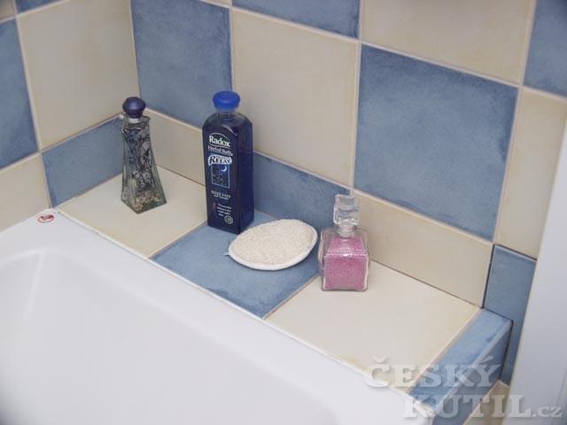 Modrobílá šachovnice v koupelně