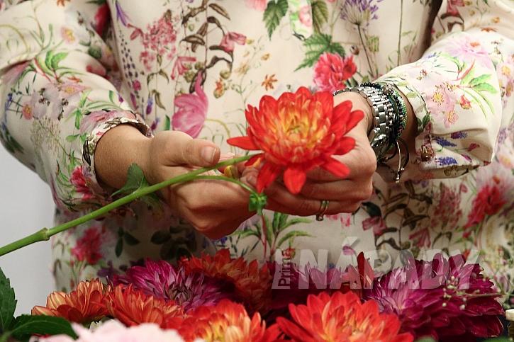 Dekorační věnec z jiřinek: doplňková zeleň a květiny