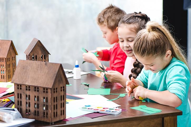 Děti lepí papír