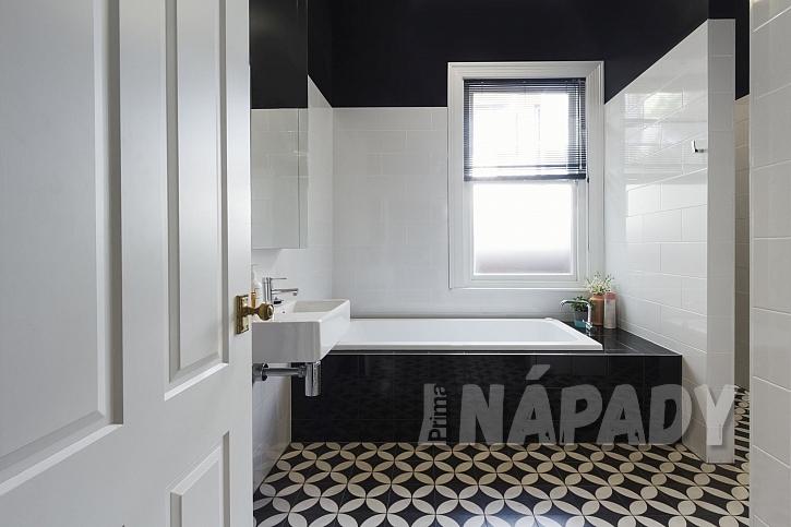 Černobílá dlažba v koupelně
