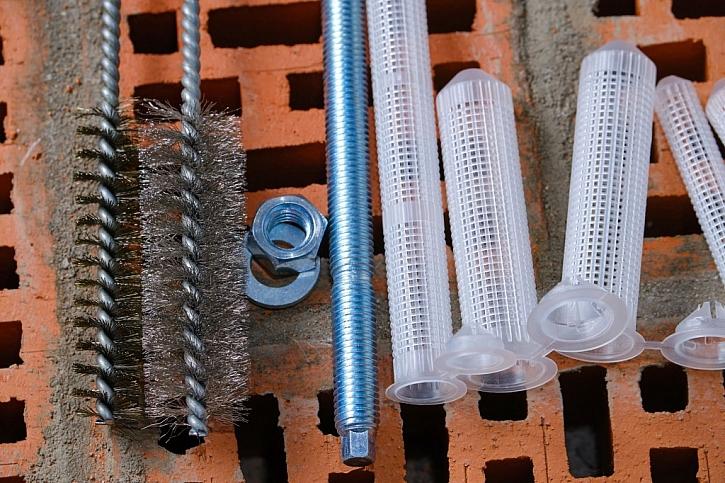 K vyčištění vyvrtaných děr se prodávají speciální ocelové kartáče
