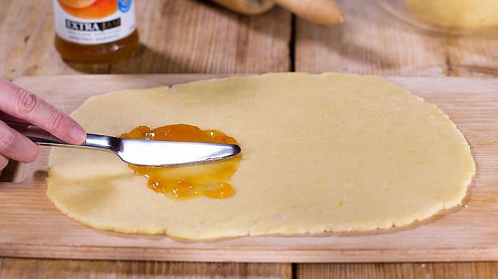 Mřížkové koláčky: jeden plát těsta potřeme meruňkovou náplní