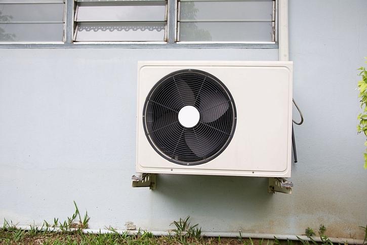 Tepelné čerpadlo je možné umístit nejenom na zem, ale i na stěnu domu, pokud to vzdálenost umožňuje