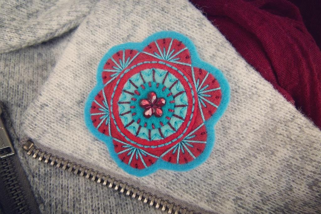 Vyšívaná květinová brož z plsti na zimní kabátek