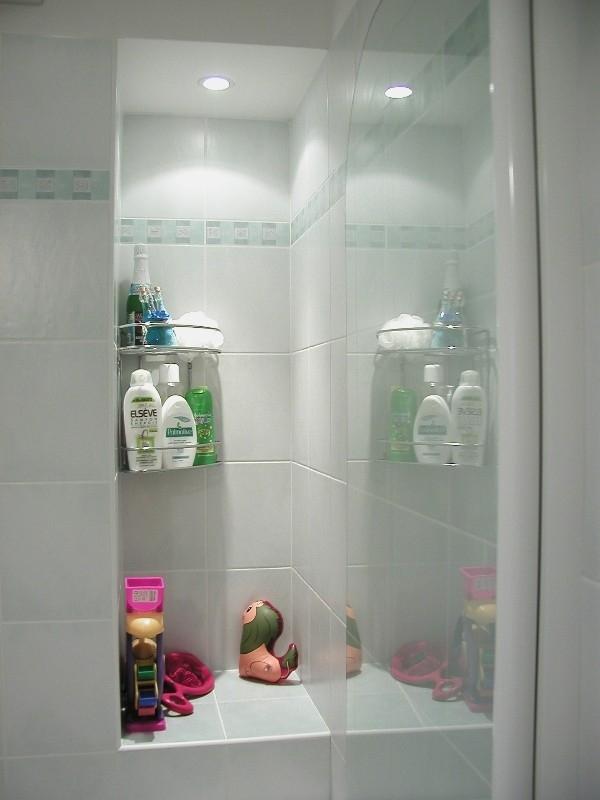 V malé koupelně