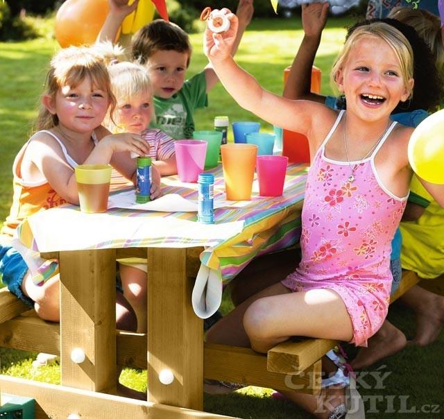 Houpačky a skluzavky děti milují