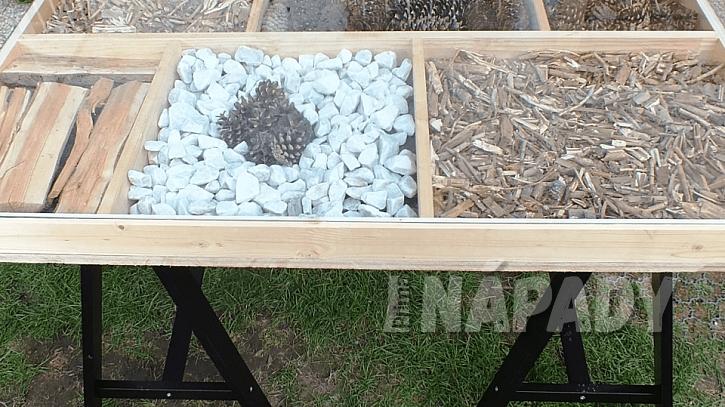 Dekorativní stůl: jako nohy jsme použili pracovní podpěry