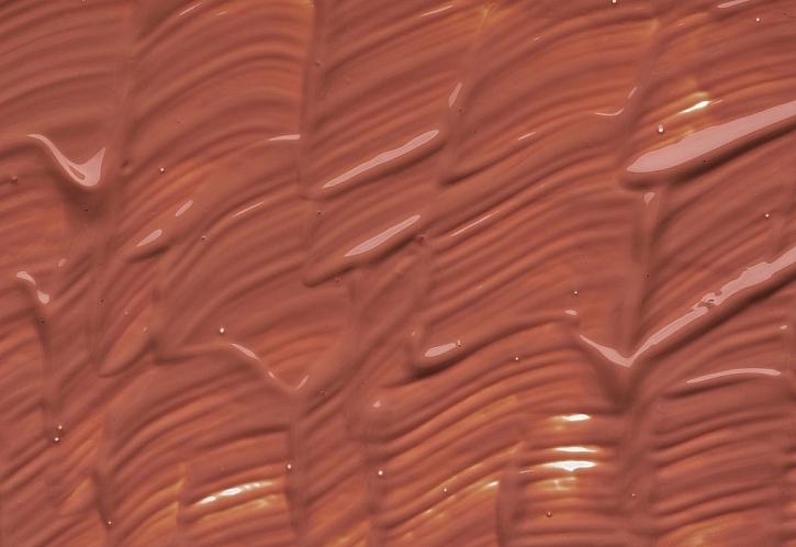 Zemitý odstín teplé hnědé udělá s bílou zdí zázrak