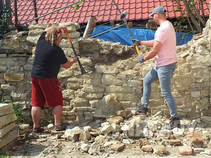 stavební materiál na zídku z kamenů