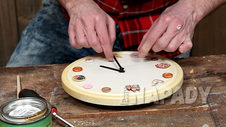 Hodiny z kuchyňského prkénka: připevníme hodinový strojek a ručičky