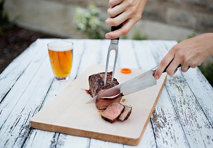 Nože Functional Form+ jsou dokonale vyvážené a umožňují snadné a přesné krájení. Porcovací vidlice Functional Form+ je skvělým doprovodem kuchařského nože. Je ideální pomocník k servírování masa a ryb.