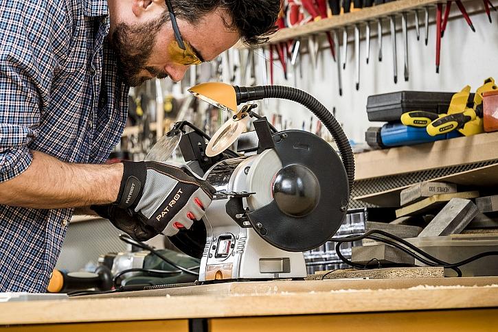 Ve správné kutilské dílně by neměla chybět ani stolní bruska, která patří patří parametry, výbavou i zpracováním do vyšší střední třídy. Má opravdu tichý chod a je osazena 2 kotouči o průměru 150 mm (Zdroj: Mountfield)
