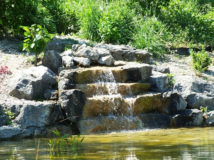 Tekoucí voda v zahradě