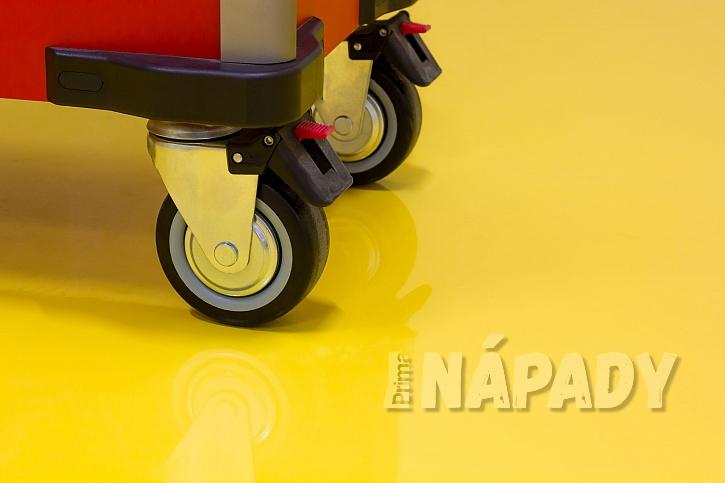 Žlutá pryskyřicová podlaha